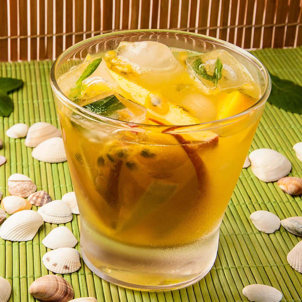 Suco-Manga, maracujá e gelo de manjericão